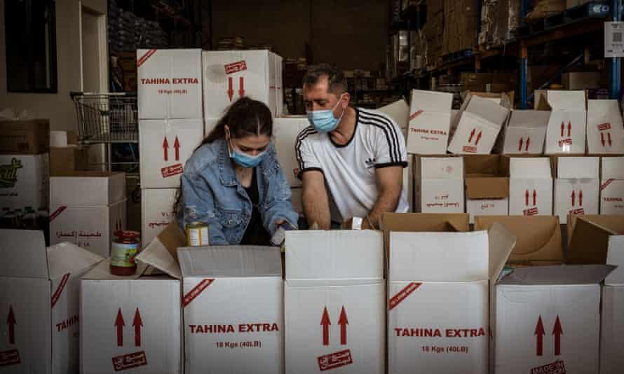 Relawan Angel Barbora dan ayahnya Bashar, mengemas paket perawatan untuk mereka yang dikarantina karena Covid-19 di Broadmedows