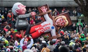 """O plutire cu o efigie a lui Jarosław Kaczyński, liderul partidului de drept și justiție al Poloniei, care supraviețuiește """"liberala Polonia"""", la o paradă la Düsseldorf, Germania, în martie a acestui an."""