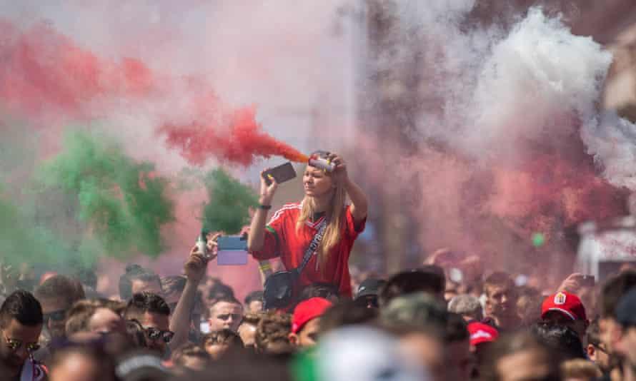 Les supporters hongrois marchent vers le stade Puskas mardi.