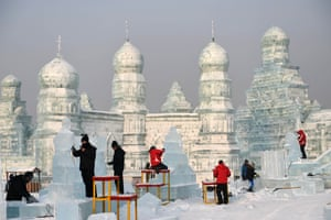 CHINA-HARBIN-ICE SCULPTURE-COMPETITION (CN)(180101) -- HARBIN, Jan. 1, 2018 (Xinhua) -- Contestants carve ice sculptures during an international ice sculpture competition in Harbin, capital of northeast China's Heilongjiang Province, Jan. 1, 2018. Fourteen teams from home and abroad participated in the contest.