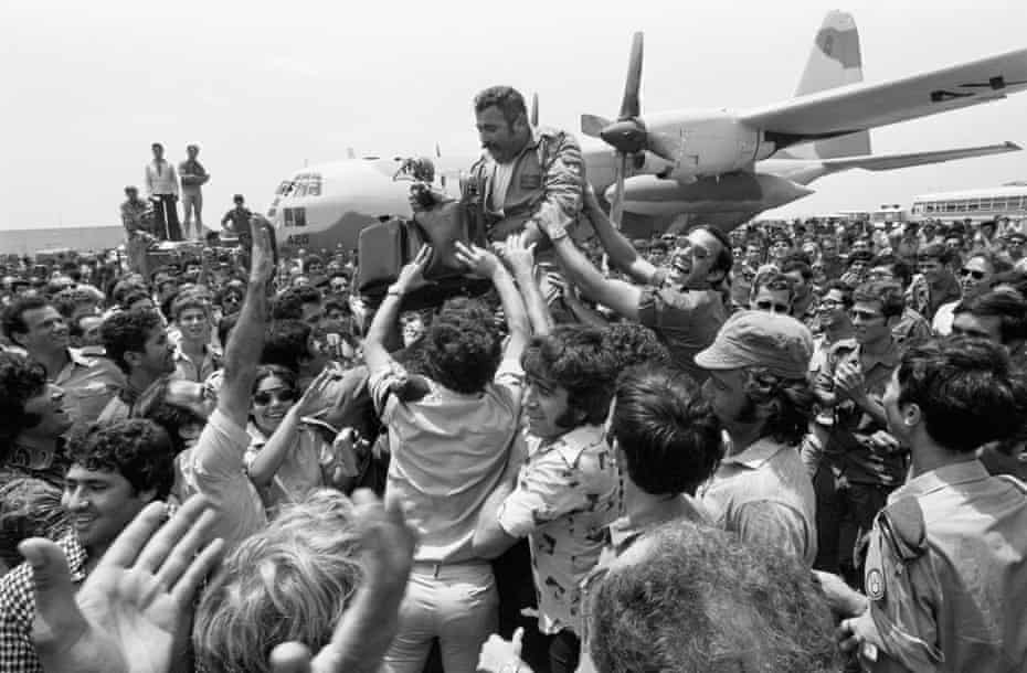 A crowd lifts the squadron leader of the rescue planes on their return to Israel after the rescue of Israeli hostages in the Entebbe raid, July 1976