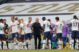 Mourinho talks to his players.