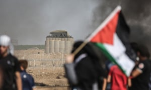 Palestinians, with flag, on the Great March of Return