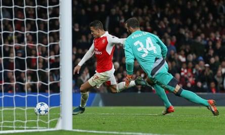 Arsenal's Alexis Sánchez scores against Dinamo Zagreb