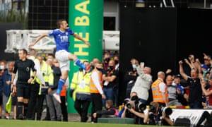 I fan di Jamie Vardy e del Leicester City festeggiano dopo che l'attaccante ha aperto le marcature.