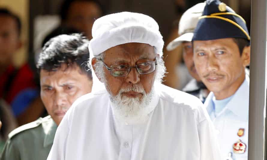 Indonesian radical Muslim cleric Abu Bakar Bashir enters a courtroom in 2016