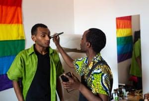 Faris puts makeup on a friend