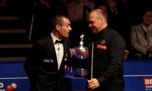 Stuart Bingham has a chat with referee Olivier Marteel