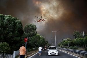 Un hélicoptère de lutte contre les incendies s'attaque à un incendie dans une banlieue d'Athènes l'année dernière.