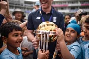 Eoin Morgan and the World Cup trophy