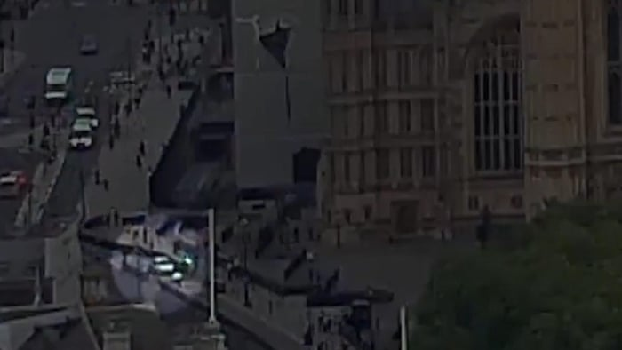 Moment Car Crashes Into Barriers Outside Houses Of Parliament - Car show barriers