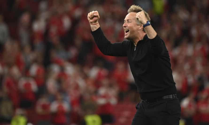 Тренер сборной Дании Каспар Халмонд празднует победу над сборной Дании со счетом 4: 1 на впечатляющем стадионе Барган в Копенгагене.