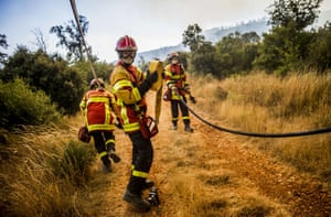 Firefighters stop the progression of the fire that threatened homes in Seillons Source d'Argens