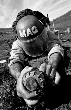 A deminer removing the detonator from the underside of a VS-50 anti-personnel landmine in 2003