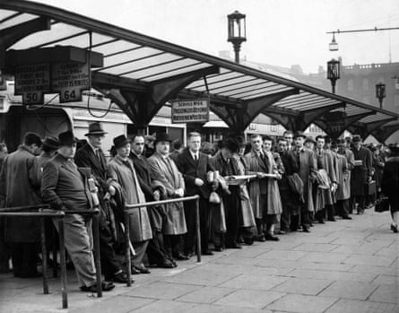 Queues at Piccadilly bus station, 1946