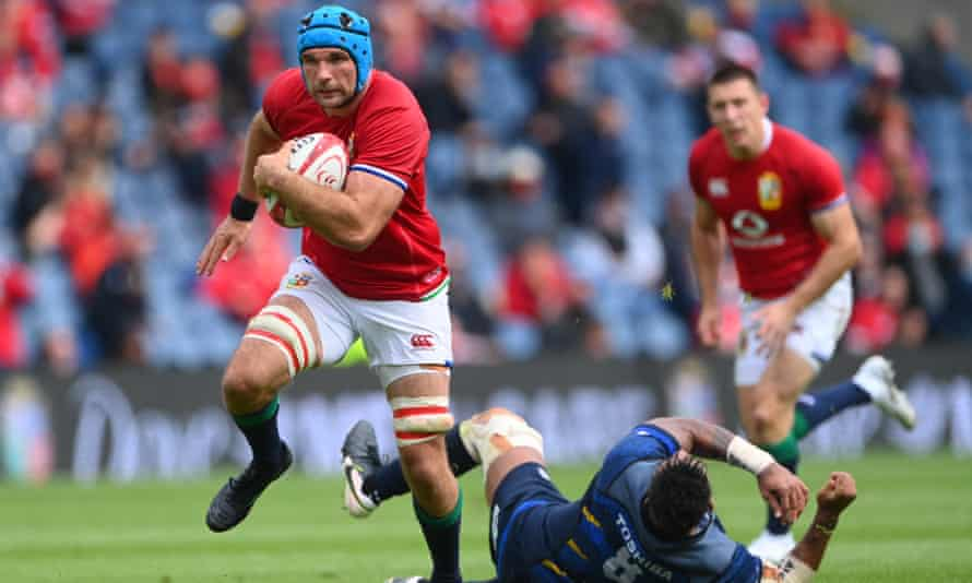 Tadhg Beirne races clear to score his side's fourth try.