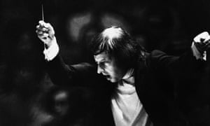 André Previn conducting his stage musical The Good Companions in 1974.