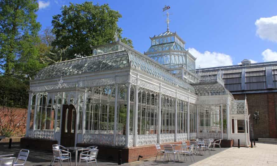 هنرستان باشکوه ویکتوریا در موزه هورنیمان ، جنوب شرقی لندن.  بوستون آن را از منزل خانواده هورنیمان در کرودون نجات داد و در باغ موزه بازسازی کرد.