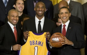 US President Barack Obama poses with Los Angeles Lakers guards Derek Fisher (L) and Kobe Bryant (C) during an event with the 2008-2009 NBA Champions.
