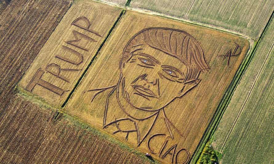 The Italian land artist Dario Gambarin has used his tractor to transform a field near the Italian city of Verona into a giant portrait of Donald Trump.