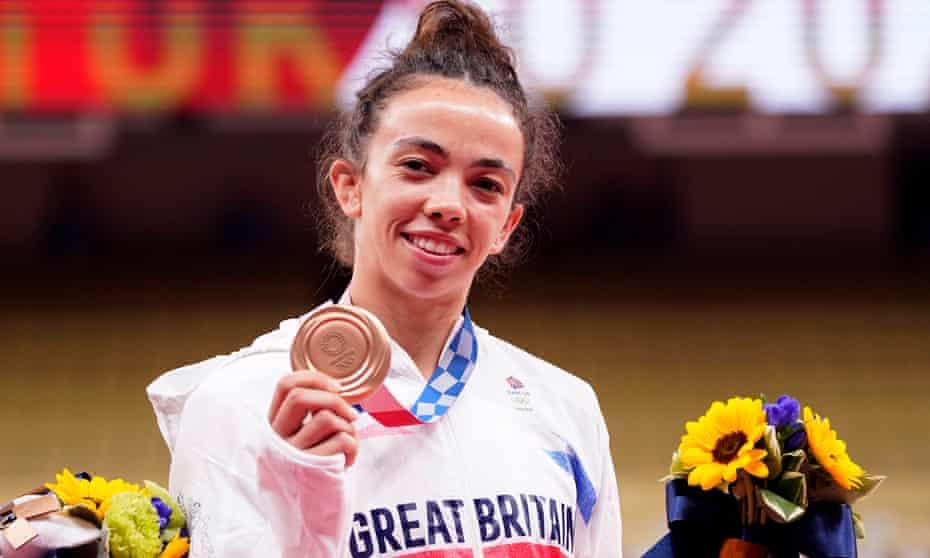 Chelsie Giles receives her Bronze medal