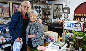 Billy Connolly with Elvis fan Shirley in Glasgow, Montana.
