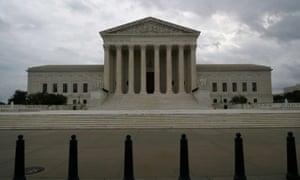 Những đám mây bão cuộn qua Tòa án Tối cao Hoa Kỳ.