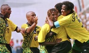 تئودور ویتمور (در مرکز) پس از به ثمر رساندن اولین گل جامائیکا در پیروزی 1998 مقابل ژاپن در اولین و تنها جام جهانی که این کشور در آن بازی کرده است ، جشن می گیرد.