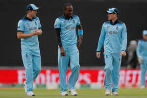 Chris Woakes (left), Jofra Archer (centre) and Eoin Morgan discuss tactics.