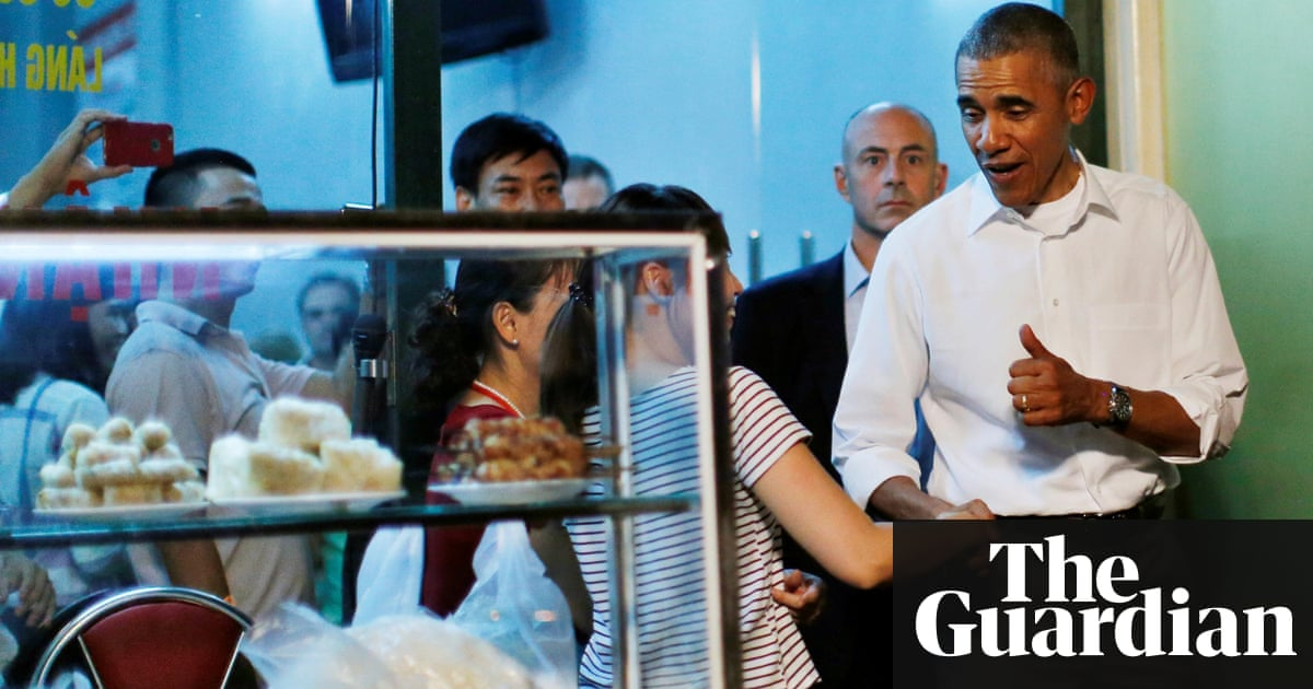 Obama stops off for $6 dinner at streetside restaurant in Vietnam