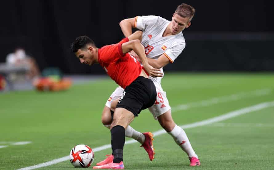 Dani Olmo, uno de los jugadores de España en la Eurocopa 2020, juega en los Juegos Olímpicos y se enfrenta a Ahmed Fattouh.