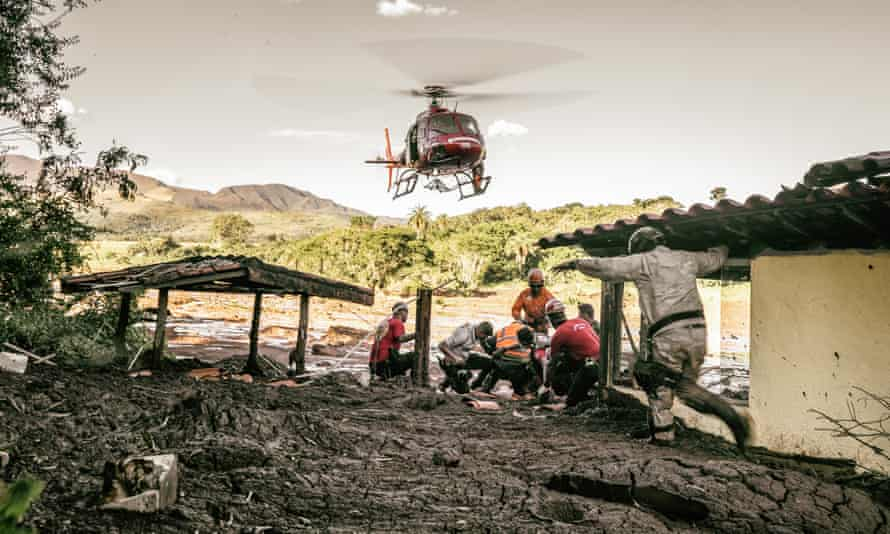 Rescue workers prepare the leg of a victim for helicopter transport at Parque de Cachoeira.
