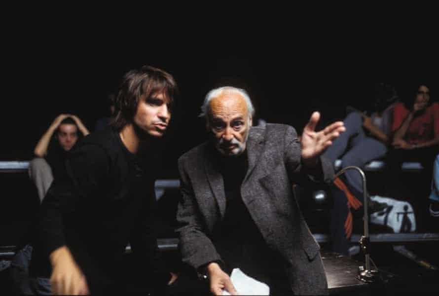 Achero Mañas, left, with Héctor Alterio during the filming of Noviembre.
