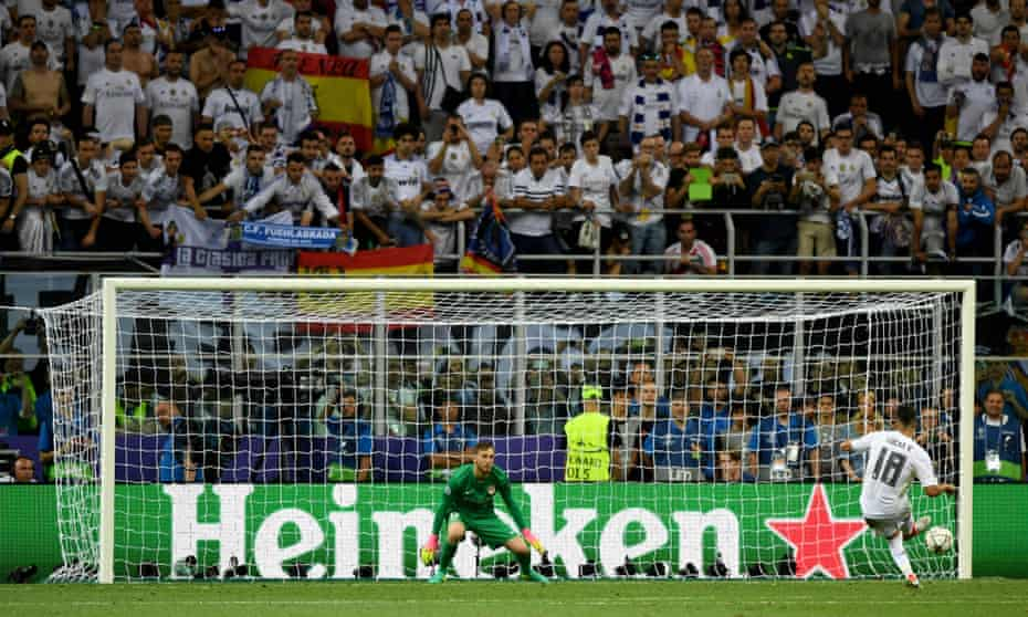 Vázquez slots the ball past Atlético Madrid's Jan Oblak during the penalty shoot-out in the 2016 Champions League final.