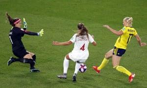 Stina Blackstenius, à droite, passe devant le gardien canadien Stephanie Labbe et Shelina Zadorsky pour donner l'avantage à la Suède.