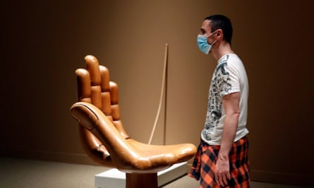 A visitor to Objects of Desire: Surrealism and Design 1924-2020 looks at Pedro Friedeberg's Hand Chair c. 1965.