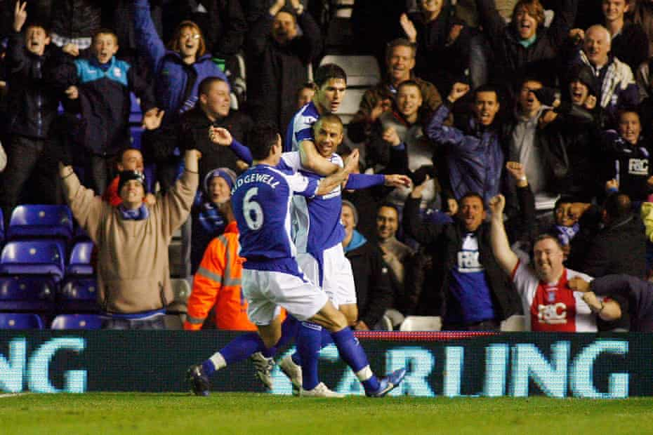 Kevin Phillips celebrates with Nikola Zigic and Liam Ridgwell after scoring against Brentford in the Fourth Round.