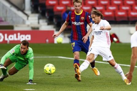 Luka Modric scores Real Madrid's third goal.