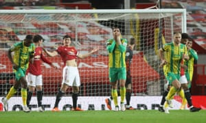 Kyle Bartley de West Bromwich Albion réagit après une tête manquée au but.