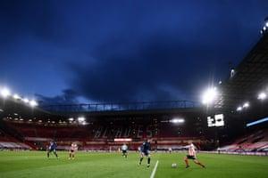 Sheffield United's striker David McGoldrick (R) vies with Arsenal's defender Rob Holding.