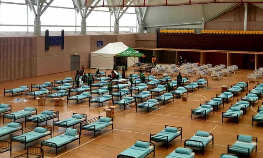 یک بیمارستان صحرایی در مرکز آبزیان تاوراما در حال راه اندازی است تا مقداری از بار را از بیمارستان عمومی بندر مورسبی بردارد