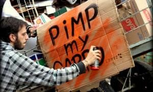Líder da manifestação ... grafiteiro Thiago Mundano trabalhando. Fotografia: Pimp My Carroça