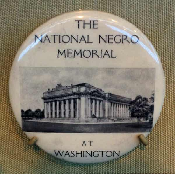 A badge showing the unbuilt 1920s design for what has now become the National Museum of African American History.