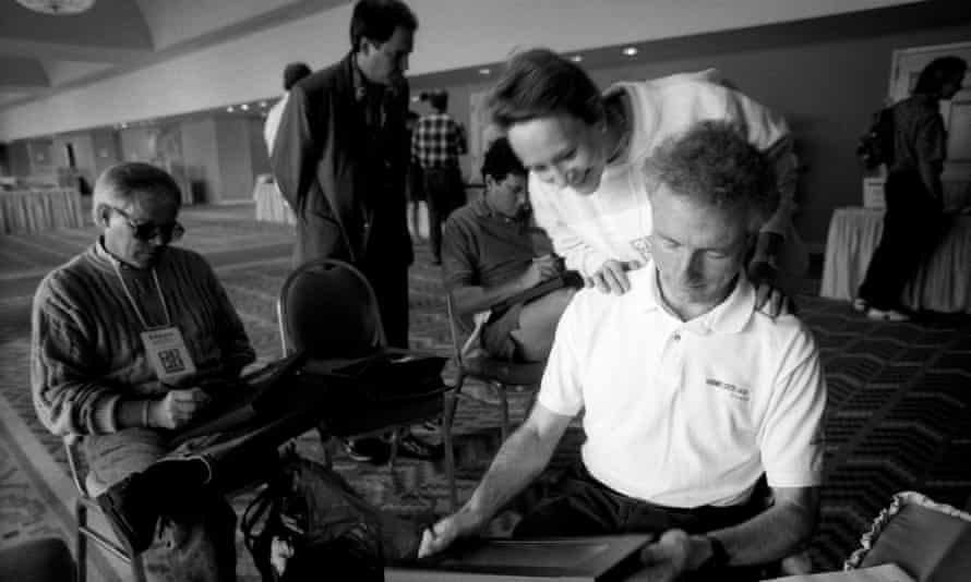 Esther Dyson looks over Larry Tesler's shoulders