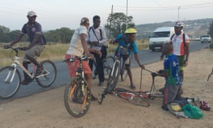 Passing cyclists offer help and advice when Lovemore gets a puncture