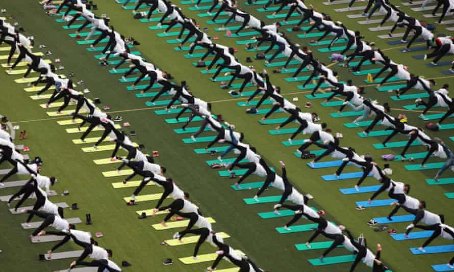 One thousand students and volunteers gathered to do yoga in Gullin, China