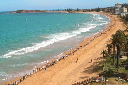 Protestors form a 1km human chain from Narrabeen to Collaroy beach on Sydney's northern beaches to protest a sea wall. 2002.