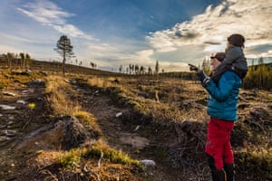Länta pointing to almost treeless landscape.