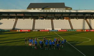 The Northern Ireland manager, Michael O'Neill, speaks to his squad during training in Torshavn.