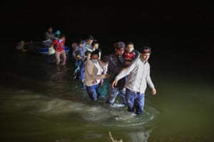 Roma, USMigrant families, mostly from Central American countries, wade through shallow waters after being delivered by smugglers on small inflatable rafts on U.S. soil in Texas. As soon as the sun sets, at least 100 migrants crossed through the Rio Grande river by smugglers into the United States